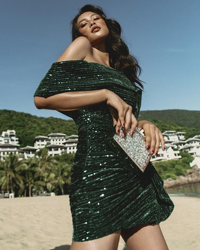 Ngắm Hoa hậu Tiểu Vy đẹp xuất thần trong bộ sưu tập mới của NTK Lê Thanh Hòa ảnh 2