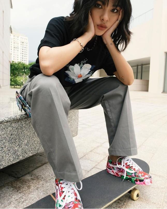 """Linh Ngọc Đàm, Chi Pu, Diệu Nhi mix đồ với sneaker, """"không có chất nhất, chỉ có chất hơn"""" ảnh 2"""