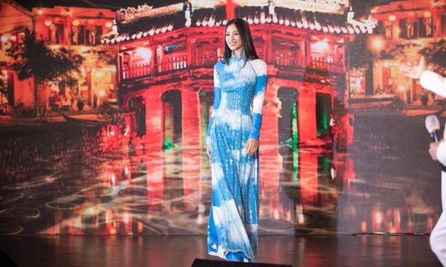 Chiếc áo dài Hoa hậu Tiểu Vy diện được mua với giá 80 triệu để ủng hộ Đà Nẵng chống dịch ảnh 1