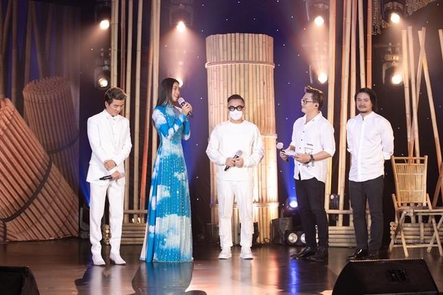 Chiếc áo dài Hoa hậu Tiểu Vy diện được mua với giá 80 triệu để ủng hộ Đà Nẵng chống dịch ảnh 2