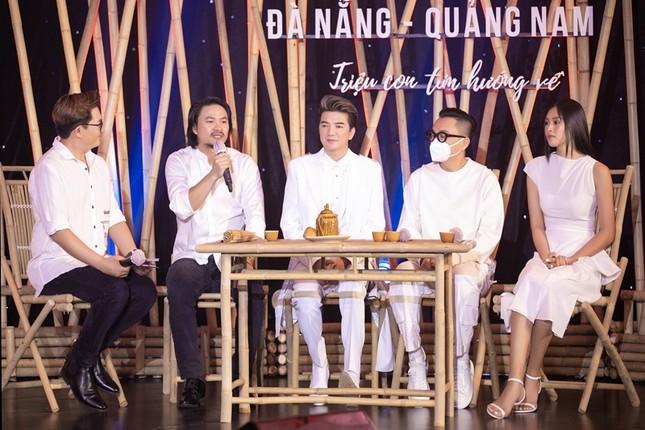 Chiếc áo dài Hoa hậu Tiểu Vy diện được mua với giá 80 triệu để ủng hộ Đà Nẵng chống dịch ảnh 3