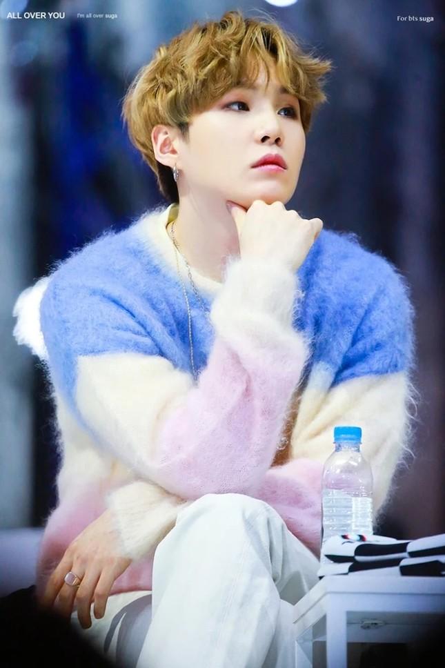 """Màn """"đụng hàng"""" gây sốc nhất lịch sử K-Biz: 15 sao Hàn cùng mặc chung 1 mẫu áo len ảnh 1"""