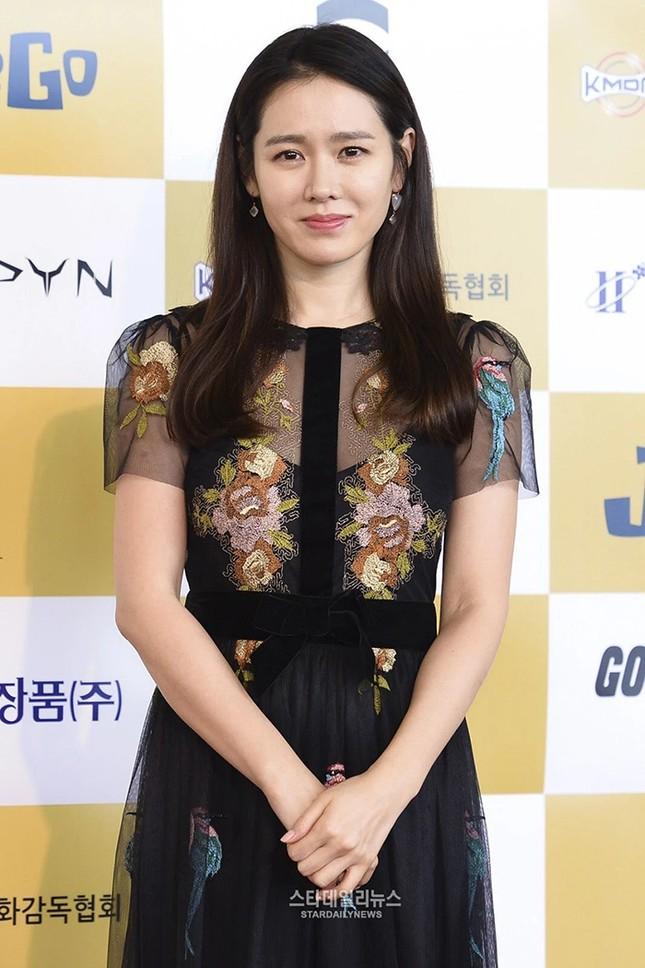 """Đụng hàng Jennie, Lisa, Irene, YoonA, """"chị đẹp"""" Son Ye Jin được khen hay bị chê nhiều hơn? ảnh 3"""