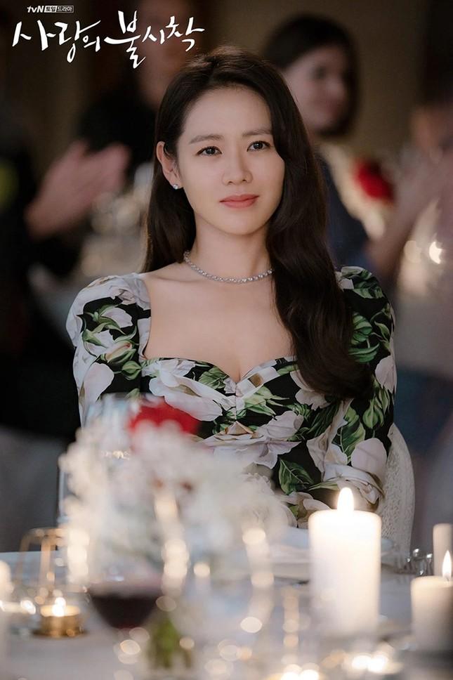 """Đụng hàng Jennie, Lisa, Irene, YoonA, """"chị đẹp"""" Son Ye Jin được khen hay bị chê nhiều hơn? ảnh 7"""