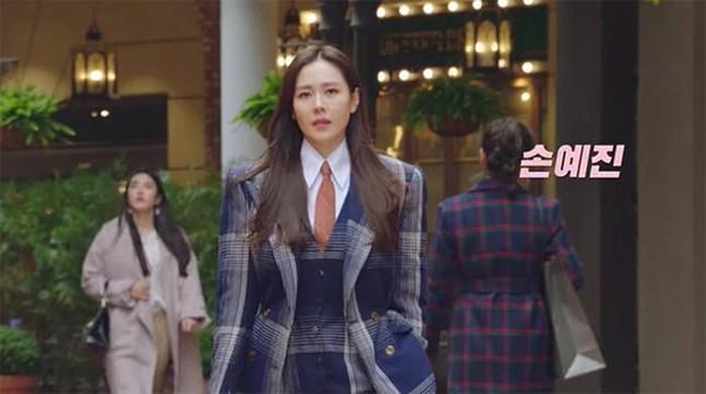 """Đụng hàng Jennie, Lisa, Irene, YoonA, """"chị đẹp"""" Son Ye Jin được khen hay bị chê nhiều hơn? ảnh 9"""