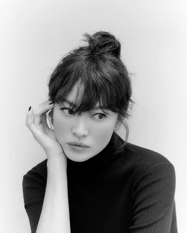 Song Hye Kyo tung ảnh quảng cáo mới xinh sắc sảo, lọt Top 10 sao Hàn giàu nhất năm 2020 ảnh 1