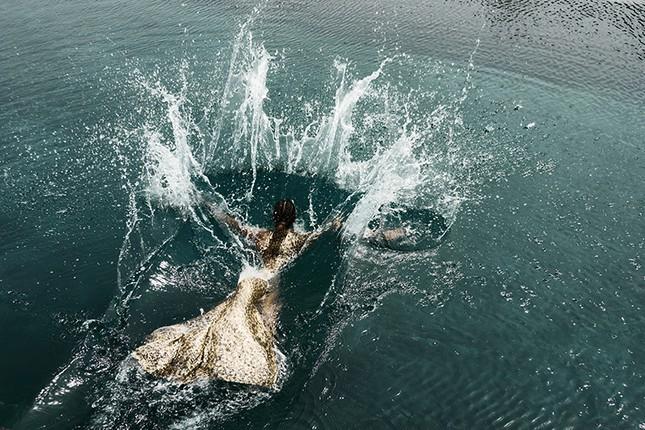 H'Hen Niê đẹp như nữ thần thiên nhiên trong bộ ảnh kết hợp cùng NTK Lê Thanh Hòa ảnh 1