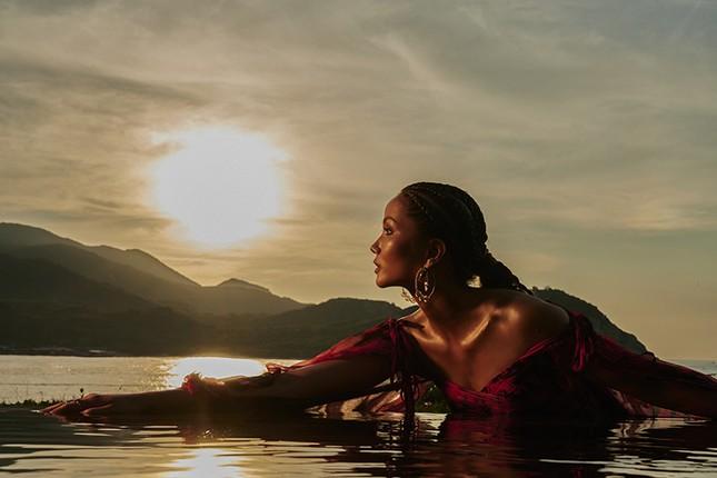 H'Hen Niê đẹp như nữ thần thiên nhiên trong bộ ảnh kết hợp cùng NTK Lê Thanh Hòa ảnh 10