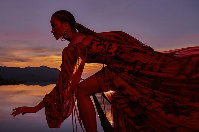 H'Hen Niê đẹp như nữ thần thiên nhiên trong bộ ảnh kết hợp cùng NTK Lê Thanh Hòa ảnh 8
