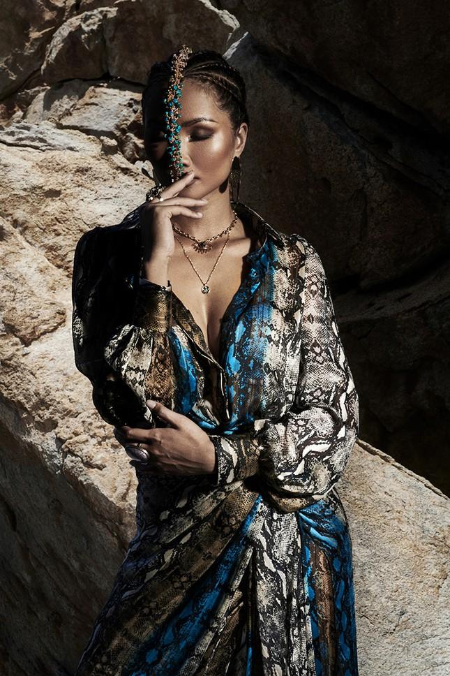 H'Hen Niê đẹp như nữ thần thiên nhiên trong bộ ảnh kết hợp cùng NTK Lê Thanh Hòa ảnh 11