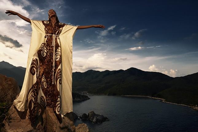 H'Hen Niê đẹp như nữ thần thiên nhiên trong bộ ảnh kết hợp cùng NTK Lê Thanh Hòa ảnh 6