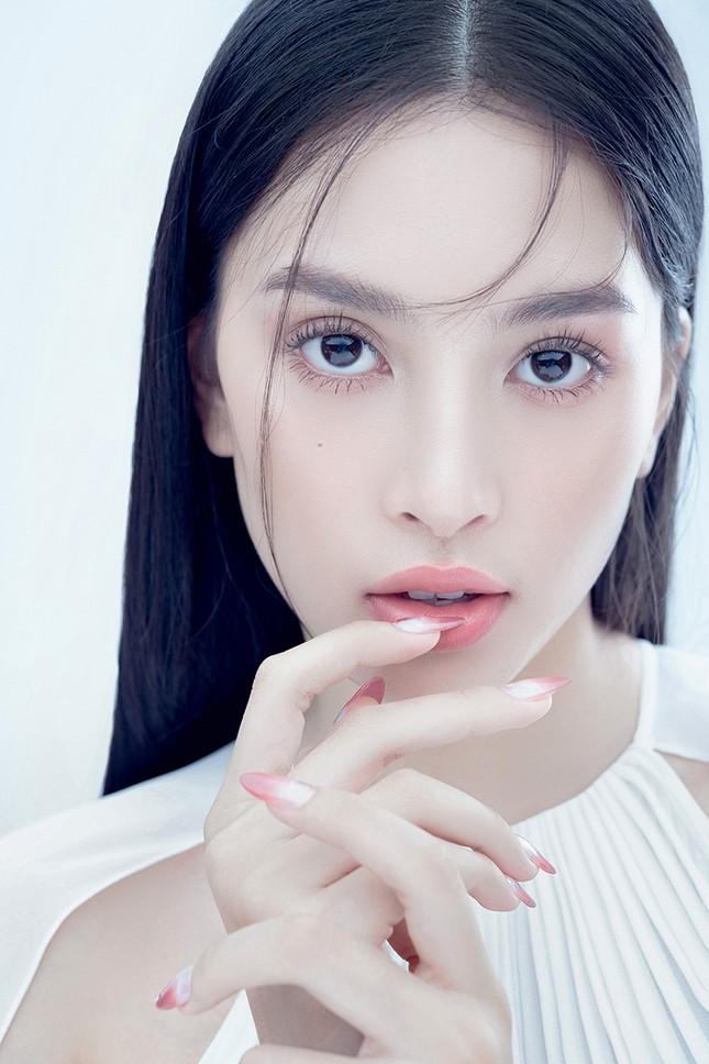 """Hoa hậu Tiểu Vy đón tuổi mới bằng bộ ảnh trong veo khoe vẻ xinh đẹp """"gây thương nhớ"""" ảnh 8"""