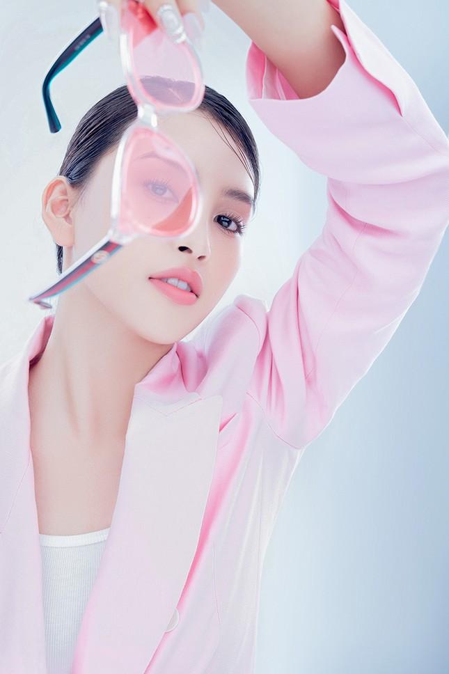 """Hoa hậu Tiểu Vy đón tuổi mới bằng bộ ảnh trong veo khoe vẻ xinh đẹp """"gây thương nhớ"""" ảnh 7"""