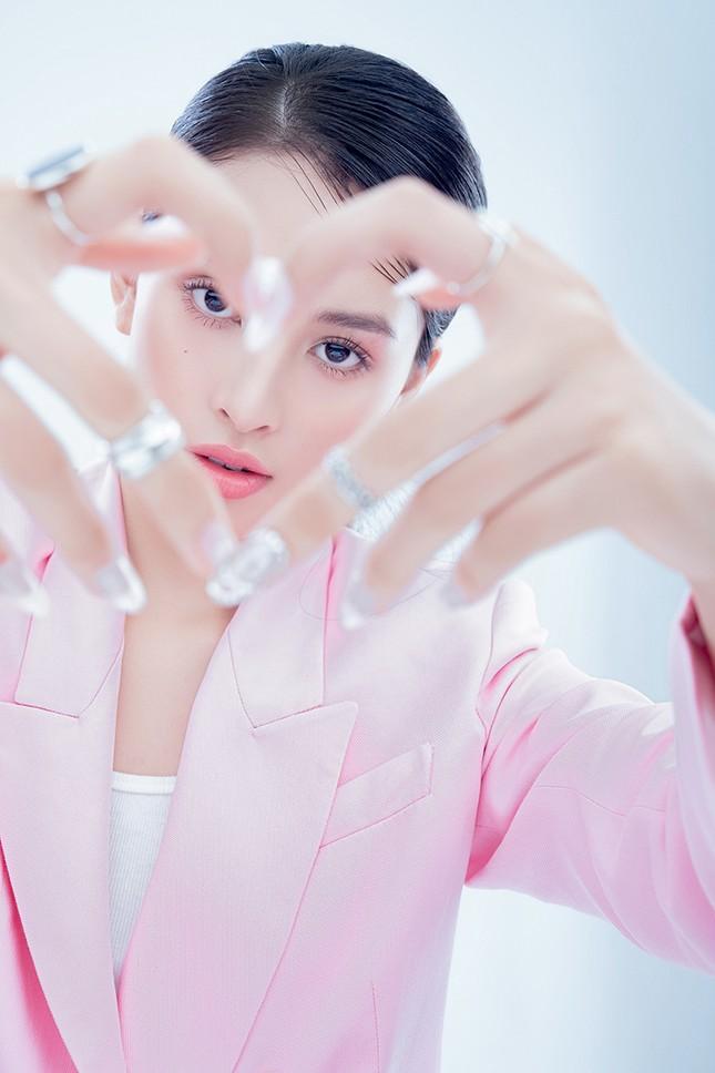 """Hoa hậu Tiểu Vy đón tuổi mới bằng bộ ảnh trong veo khoe vẻ xinh đẹp """"gây thương nhớ"""" ảnh 4"""