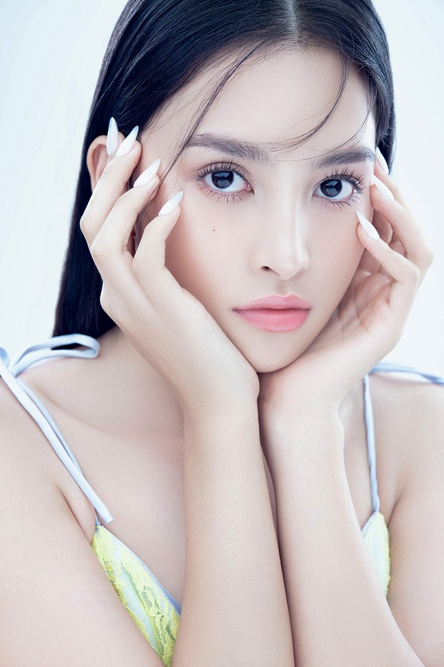 """Hoa hậu Tiểu Vy đón tuổi mới bằng bộ ảnh trong veo khoe vẻ xinh đẹp """"gây thương nhớ"""" ảnh 1"""