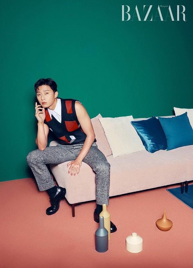 Ngắm loạt trang phục với màu sắc gây sốc của Park Seo Joon trên Harper's Bazaar Hàn ảnh 4