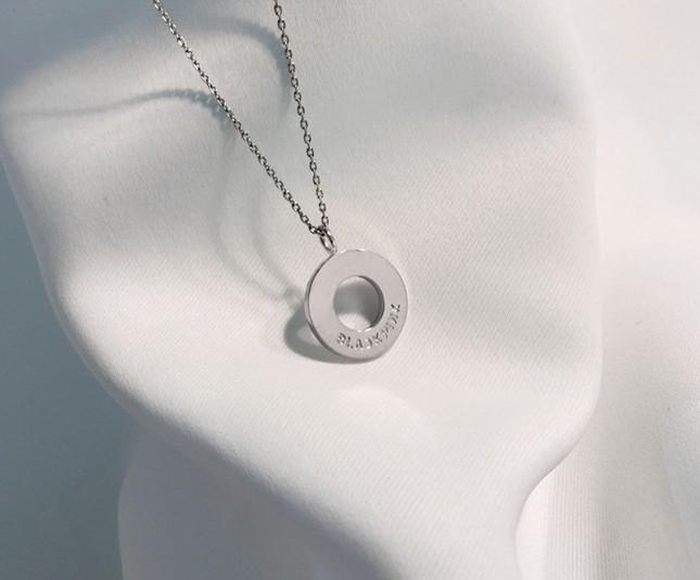 YG tung bộ phụ kiện trang sức gắn tên BLACKPINK cực xinh, thiết kế tinh xảo đẹp mắt ảnh 4