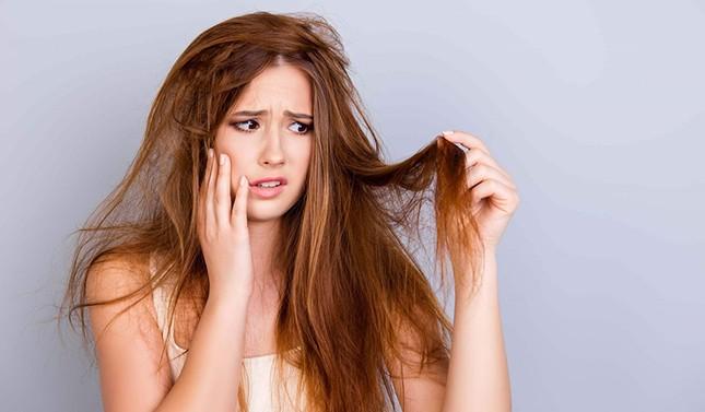 """Lý do bạn không nên """"chữa cháy"""" tóc bết bằng dầu gội khô, có cách tốt hơn nhiều ảnh 2"""