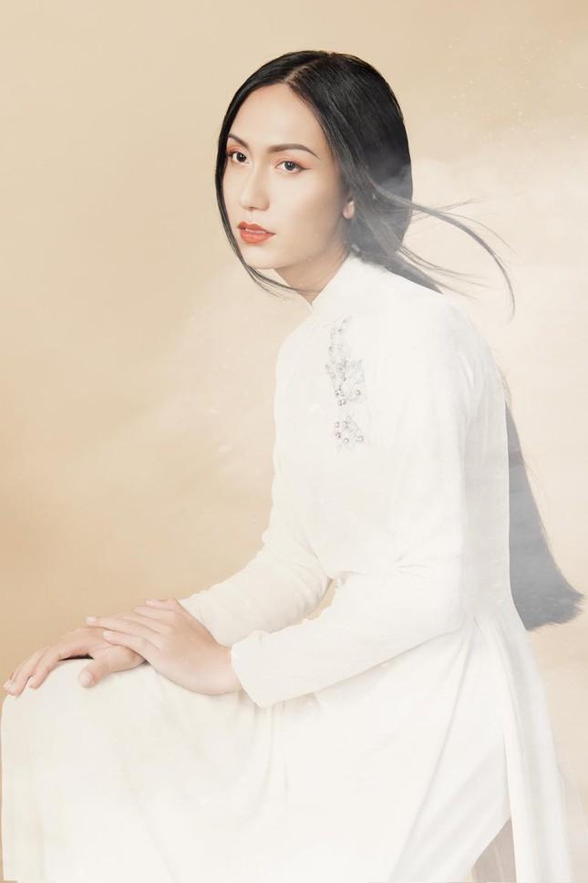 Lynk Lee ngày càng đẹp nữ tính, khoe bộ ảnh áo dài xinh như bước ra từ tranh vẽ ảnh 1