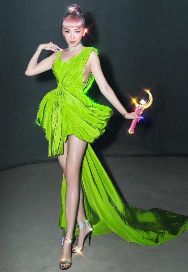 """Diện váy Công Trí trên thảm đỏ VMAs, Nicole Richie """"đụng hàng"""" tận 9 mỹ nhân showbiz Việt ảnh 6"""