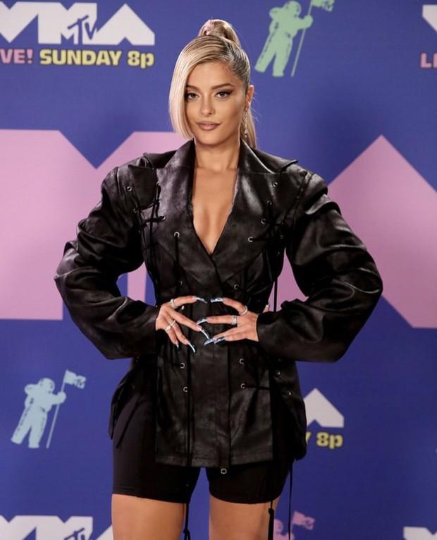 Dàn sao làm lố trên thảm đỏ VMAs 2020: Lady Gaga đội bể cá, The Weeknd bị đánh? ảnh 6