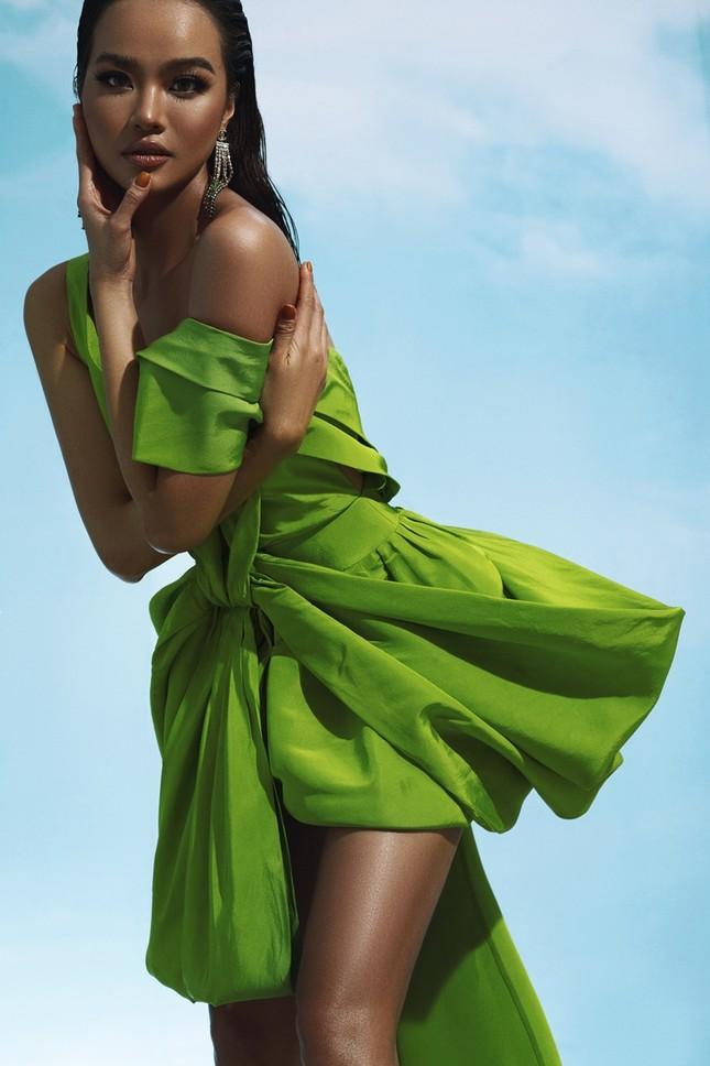 """Diện váy Công Trí trên thảm đỏ VMAs, Nicole Richie """"đụng hàng"""" tận 9 mỹ nhân showbiz Việt ảnh 11"""