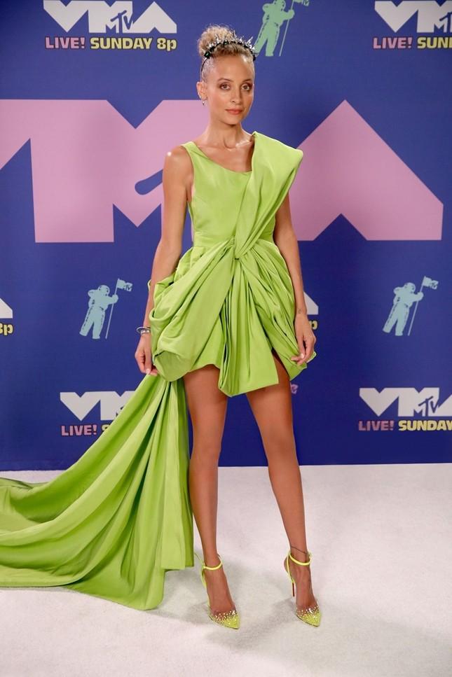 """Diện váy Công Trí trên thảm đỏ VMAs, Nicole Richie """"đụng hàng"""" tận 9 mỹ nhân showbiz Việt ảnh 1"""