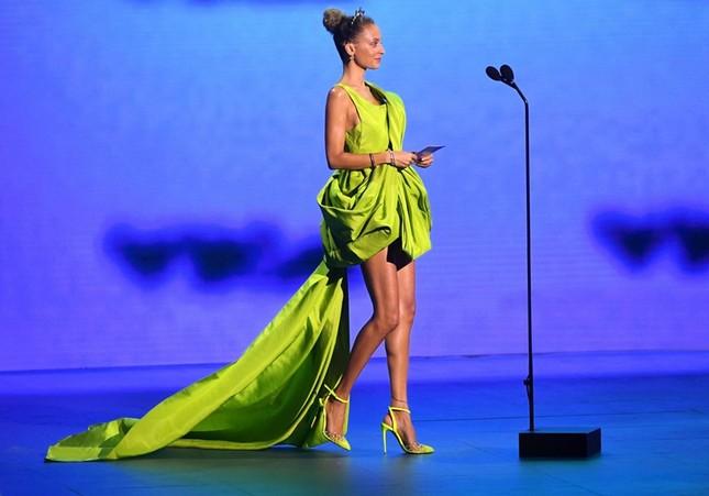 """Diện váy Công Trí trên thảm đỏ VMAs, Nicole Richie """"đụng hàng"""" tận 9 mỹ nhân showbiz Việt ảnh 2"""