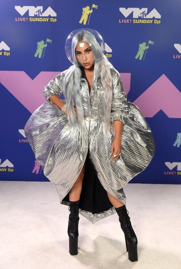 Dàn sao làm lố trên thảm đỏ VMAs 2020: Lady Gaga đội bể cá, The Weeknd bị đánh? ảnh 2