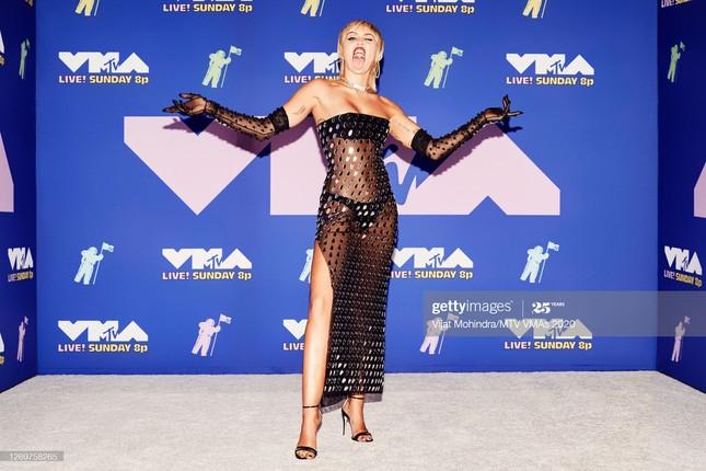 Dàn sao làm lố trên thảm đỏ VMAs 2020: Lady Gaga đội bể cá, The Weeknd bị đánh? ảnh 3