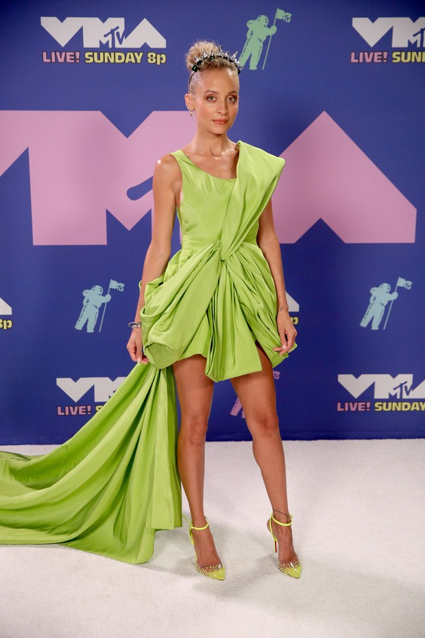 Dàn sao làm lố trên thảm đỏ VMAs 2020: Lady Gaga đội bể cá, The Weeknd bị đánh? ảnh 4