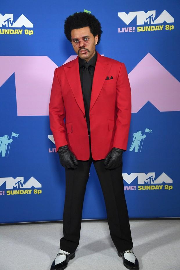 Dàn sao làm lố trên thảm đỏ VMAs 2020: Lady Gaga đội bể cá, The Weeknd bị đánh? ảnh 1