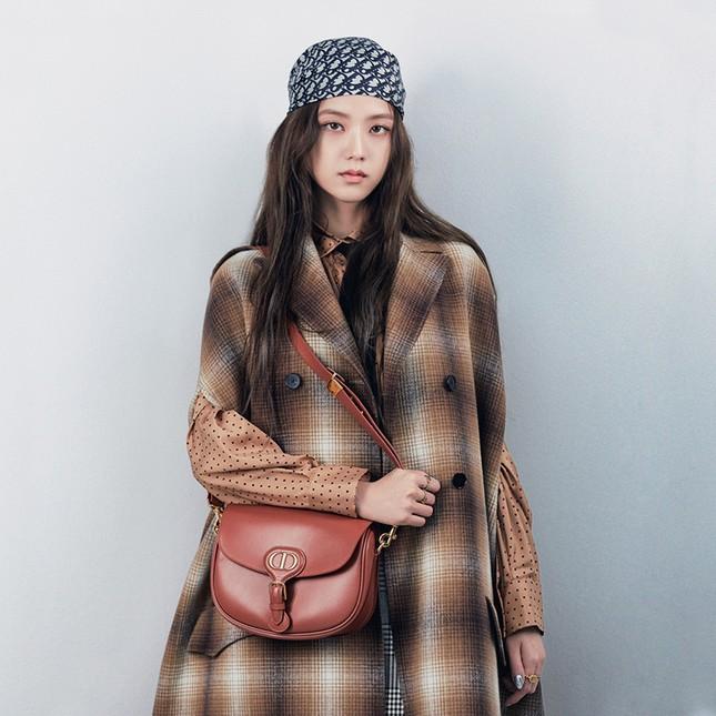 Vì sao Jisoo BLACKPINK chụp loạt ảnh cho BST mới của Dior chỉ dùng duy nhất một mẫu túi? ảnh 3