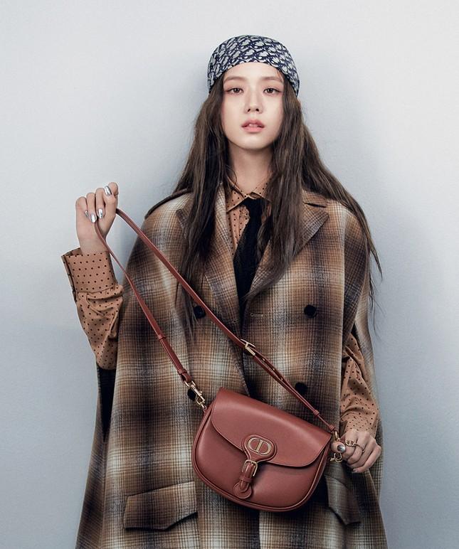 Vì sao Jisoo BLACKPINK chụp loạt ảnh cho BST mới của Dior chỉ dùng duy nhất một mẫu túi? ảnh 4