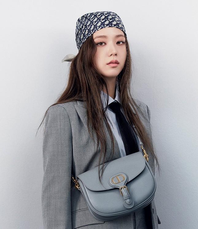 Vì sao Jisoo BLACKPINK chụp loạt ảnh cho BST mới của Dior chỉ dùng duy nhất một mẫu túi? ảnh 6