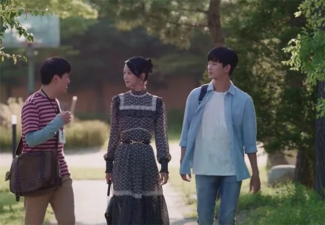 """""""Đụng hàng"""" bộ váy 100 triệu đồng với Seo Ye Ji, Joy (Red Velvet) bị chê trông xuề xòa hơn ảnh 3"""