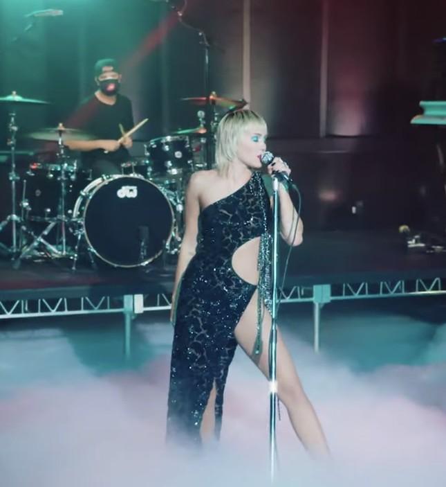 Trang phục tôn dáng của NTK Công Trí giúp Miley Cyrus khoe trọn đường cong quyến rũ ảnh 3
