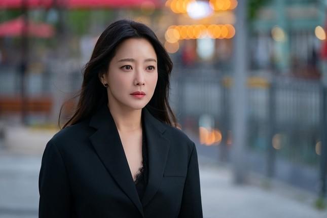 """Đụng hàng với """"chị đại"""" Kim Hee Sun, lần đầu tiên Seo Ye Ji phải chấp nhận lép vế ảnh 1"""