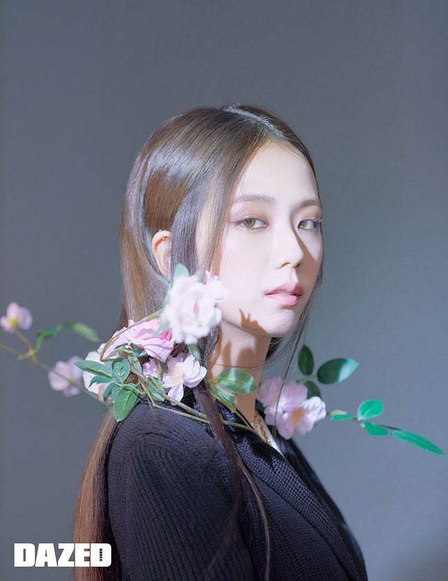 """Jisoo BLACKPINK xinh như """"tiên nữ"""" trên DAZED nhưng fan lại lo lắng vì điểm bất thường này ảnh 6"""
