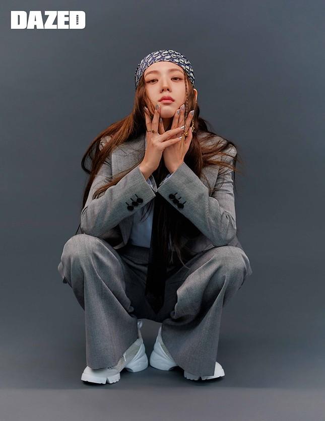 """Jisoo BLACKPINK xinh như """"tiên nữ"""" trên DAZED nhưng fan lại lo lắng vì điểm bất thường này ảnh 5"""