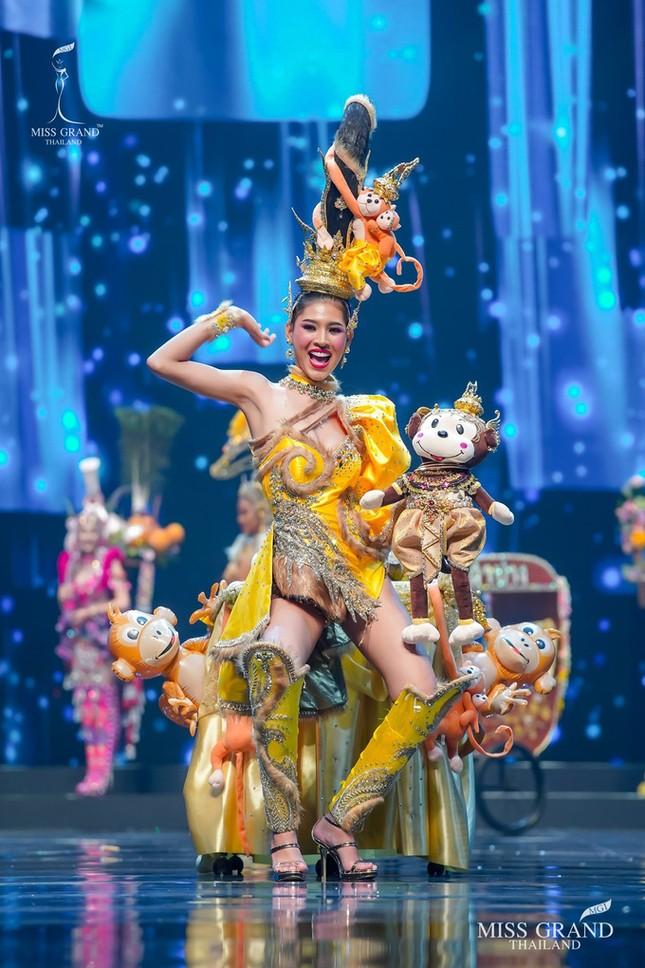 Sốc xỉu với loạt trang phục dân tộc siêu hoành tráng của Miss Grand Thái Lan 2020 ảnh 22