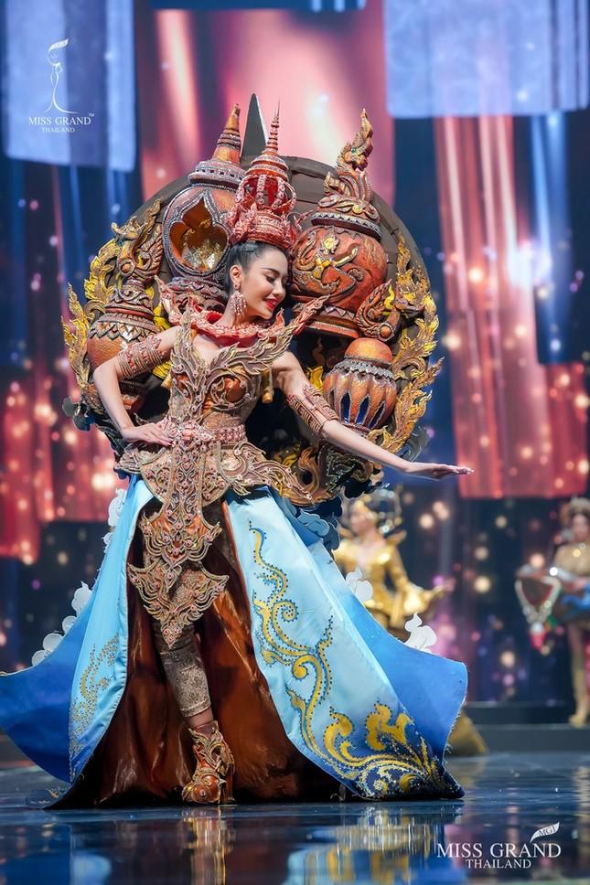 Sốc xỉu với loạt trang phục dân tộc siêu hoành tráng của Miss Grand Thái Lan 2020 ảnh 21