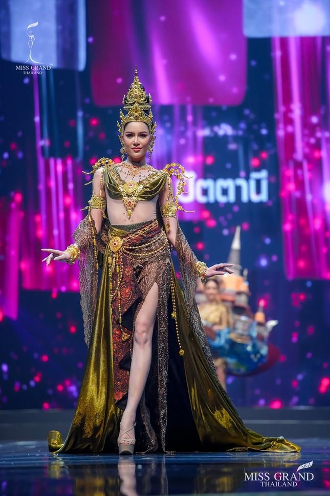Sốc xỉu với loạt trang phục dân tộc siêu hoành tráng của Miss Grand Thái Lan 2020 ảnh 18