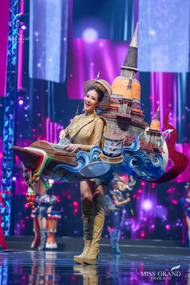 Sốc xỉu với loạt trang phục dân tộc siêu hoành tráng của Miss Grand Thái Lan 2020 ảnh 17