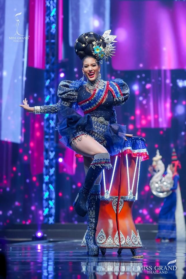 Sốc xỉu với loạt trang phục dân tộc siêu hoành tráng của Miss Grand Thái Lan 2020 ảnh 16