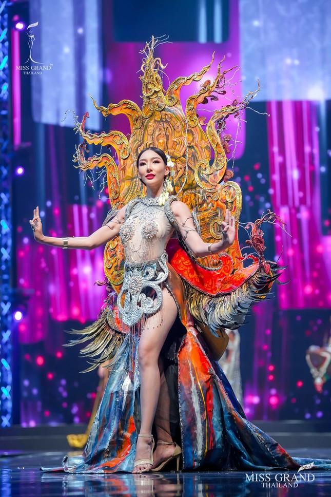 Sốc xỉu với loạt trang phục dân tộc siêu hoành tráng của Miss Grand Thái Lan 2020 ảnh 14
