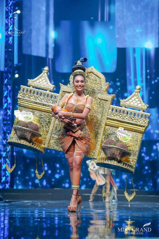 Sốc xỉu với loạt trang phục dân tộc siêu hoành tráng của Miss Grand Thái Lan 2020 ảnh 13