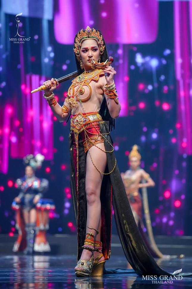 Sốc xỉu với loạt trang phục dân tộc siêu hoành tráng của Miss Grand Thái Lan 2020 ảnh 23