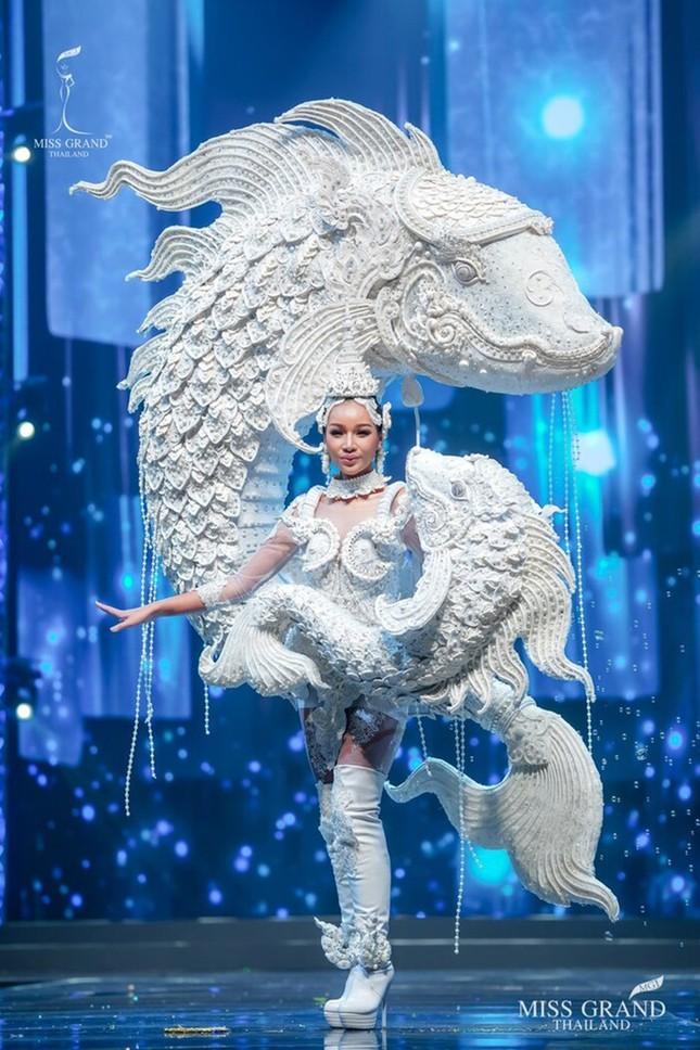 Sốc xỉu với loạt trang phục dân tộc siêu hoành tráng của Miss Grand Thái Lan 2020 ảnh 10