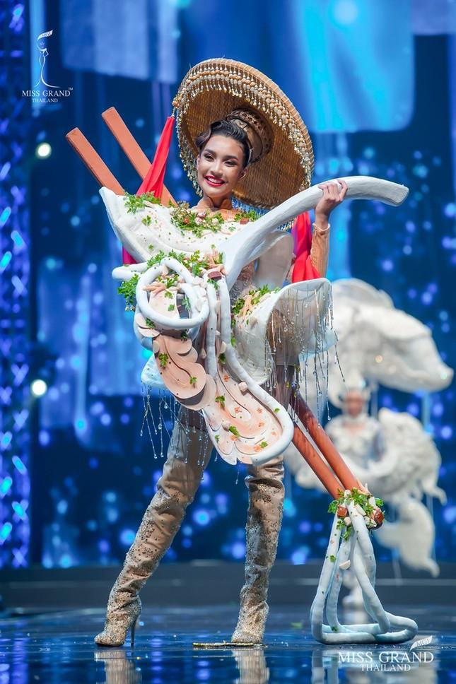 Sốc xỉu với loạt trang phục dân tộc siêu hoành tráng của Miss Grand Thái Lan 2020 ảnh 4